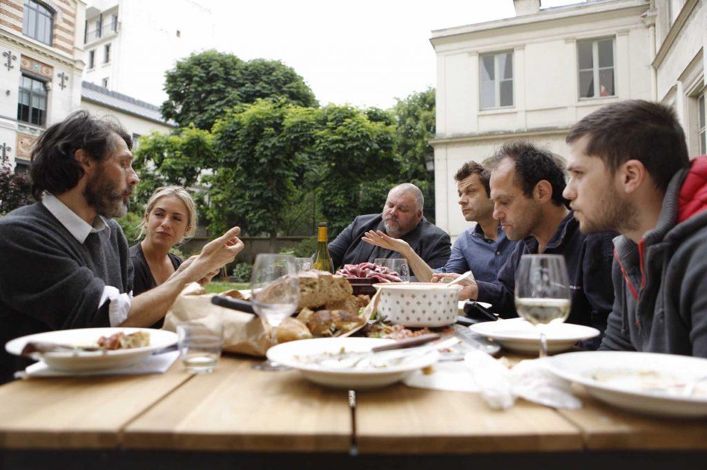 De gauche à droite : Emmanuel Rubin et Margaux Grossman face à Laurent Mariotte, Thierry Breton et son fils à la table de Grand Seigneur.